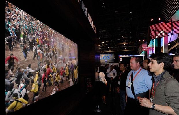 Reprodução: globo.com (Reuters) - Protótipo de uma TV UHDTV de 85 polegadas, exibida na CES 2013.