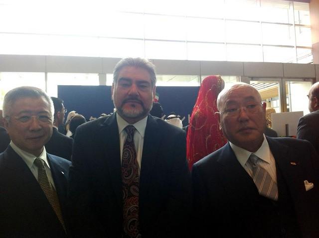 Reprodução: Embassy of Afghanistan-Tokyo - Isao Iijima à direita, assessor de Shinzo Abe.